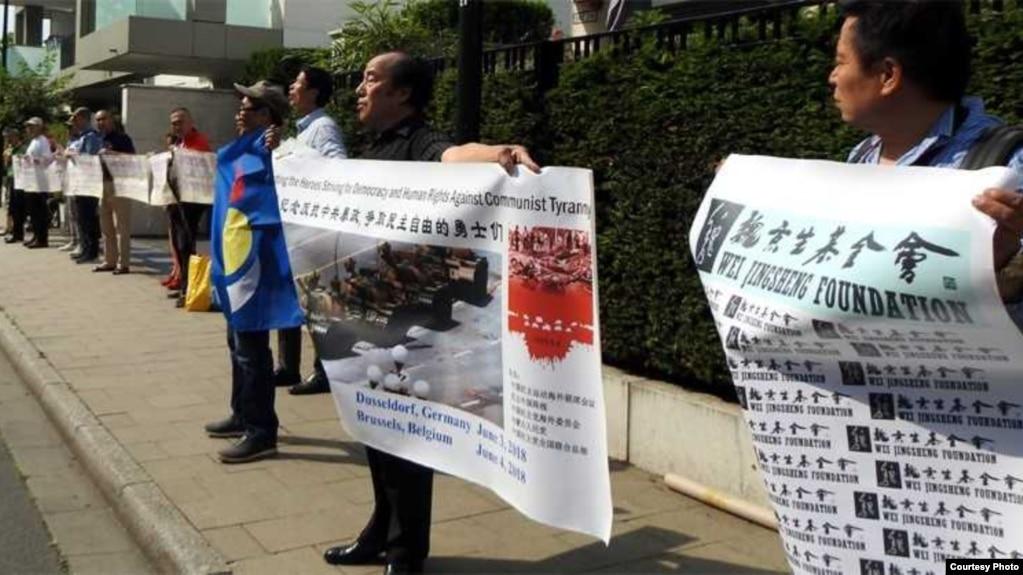 6月3日示威者在中國駐德國杜塞爾多夫總領事館前舉行紀念六四, 魏京生無法出席。