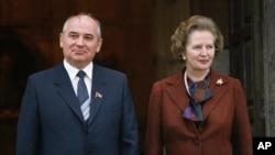 Первое знакомство. Михаил Горбачев и Маргарет Тэтчер после переговоров в Лондоне, Великобритания. 15 декабря 1984 года