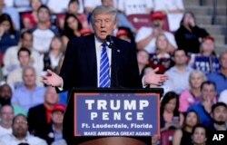 Ứng cử viên tổng thống đảng Cộng hòa Donald Trump trong một cuộc mít tinh ở Fort Lauderdale, Florida.