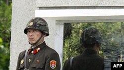 Binh sĩ Bắc Triều Tiên canh gác tại làng đình chiến Bàn Môn Ðiếm