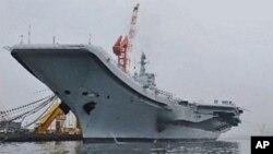 """2012年7月27日停靠在大连港的中国第一艘航母""""辽宁号"""""""