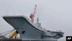 图为中国第一艘航母7月27日停靠在大连港时