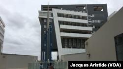 L'un des bâtiments déjà construit et opérationnel dans les sphères ministérielles de Diamniadio, Sénégal, 8 août 2018. (VOA/Jacques Aristide)