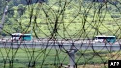 旅游车行驶在汉城以东的朝韩边界附近(2008年)