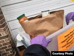 卡登什尔市扶轮社(Rotary of Catonsville, Maryland) 收集食物, 捐赠给当地的救济食品发放单位。(该社社长 Reggie Sajauskas 提供)