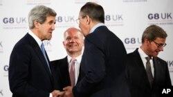 美國國務卿克里(左)出席八國集團會議期間與俄羅斯外長拉夫羅夫會面握手。與會者還有英國外交大臣黑格(左二)和德國外長威斯特威勒(右)。