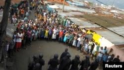 2014年8月20日發生衝突後利比里亞安全部隊包圍示威者