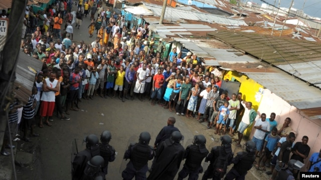 Liberian security forces hem in protesters after clashes at West Point neighborhood in Monrovia, Aug. 20, 2014.