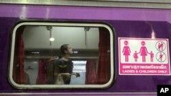 Seorang penumpang perempuan mencari tempat duduknya dalam gerbong khusus perempuan dan anak-anak di stasiun Hua Lamphong, Bangkok, Thailand (29/9).