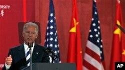 청두의 쓰촨대학을 방문해 학생들에게 연설하는 바이든 부통령