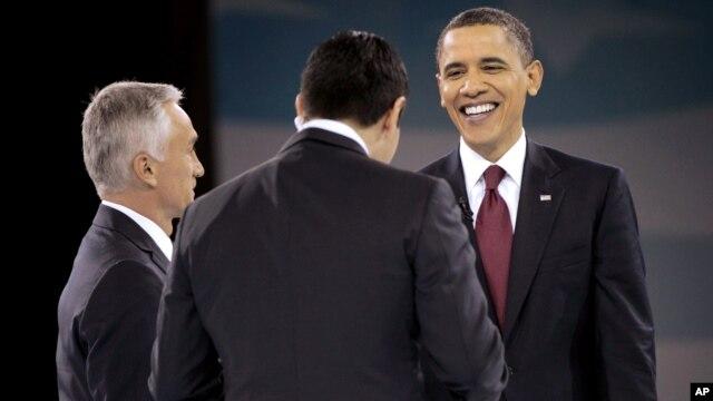 El presidente Barack Obama es saludado por el presidente de Univision César Conde (centro) y el presentador Jorge Ramos, en marzo de 2011.