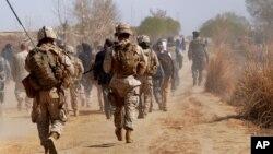 امریکایي پوځیان د طالبانو سره په جگړه کې د افغان ځواکونو ملاتړ کوي.
