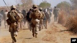 아프가니스탄 남부 헬만드 주에 주둔 중인 미군. (자료사진)