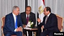 지난해 9월 베냐민 네타냐후 이스라엘 총리(왼쪽)와 압델 파타 엘시시 이집트 대통령이 뉴욕에서 열린 유엔총회에 앞서 중동평화 증진 방안을 논의했다. (자료사진)