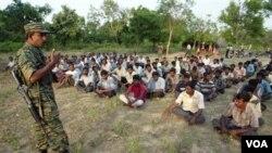Instruktur perang tentara pemberontak Tamil melakukan training cara berperang kepada warga sipil etnis Tamil (foto: dok.). Srilanka masih menahan ribuan warga yang terlibat kegiatan pemberontak Tamil.