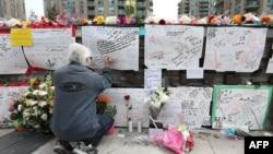 Mémorial à Toronto pour les victimes de l'attaque d'un chauffeur qui a renversé et tué dix personnes -dont huit femmes- et blessé 16 autres personnes. Alek Minassian avait visé principalement des femmes après avoir publié sur Facebook un message de haine contre les femmes.