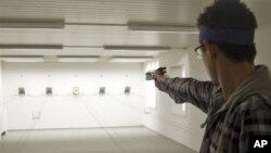 스위스 뷔렌의 한 사격장에서 피스톨식 권총을 사격 중인 남성. (자료사진)