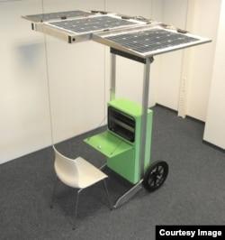 Un modèle du kiosque solaire inventé par Henry Nyakarundi.
