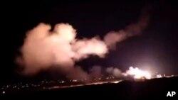 시리아군이 25일 레바논 상공에서 수도 다마스쿠스 인근을 공습한 이스라엘 전투기들에 대공 미사일을 발사하고 있다.