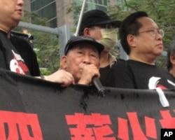 司徒华(中,持话筒)带病冒雨出席2010年纪念六四大游行