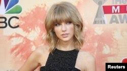 Taylor Swift berpose menjelang acara penghargaan iHeartRadio Music Awards 2015 tanggal 29 Maret 2015. (foto:dok)