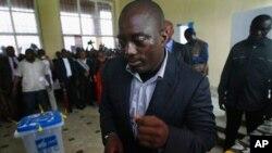 Rais wa Jamhuri ya kidemokrasia ya Congo Joseph Kabila alipokuwa akipiga kura.