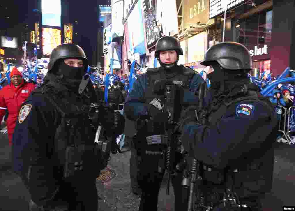 نیویارک کے ٹائمز اسکوائر میں نئے سال کے جشن کے لیے سخت سکیورٹی کے انتظامات کیے گیے تھے۔