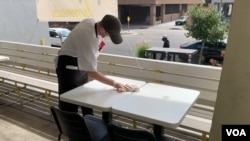 Кожен стіл дезінфікують перед посадкою клієнта