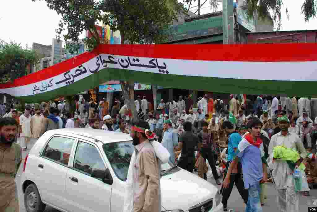 طاہر القادری کے ہمراہ لاہور سے آنے والے کارکنان آبپارہ مارکیٹ کے سامنے پڑاؤ ڈالے ہوئے ہیں۔