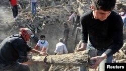 Nhân viên cứu hộ Iran tìm kiếm người sống sót sau trận động đất ở làng Varzaqan, ngày 12/8/2012