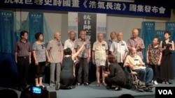 一些抗战老兵和抗战将领的的子女在北京纪念七七事变76周年 (美国之音东方拍摄)