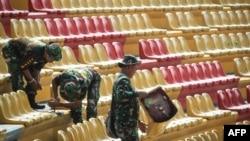 Para anggota TNI memperbaiki kursi-kursi yang dirusak oleh suporter sepak bola di Stadion Jakabaring, Palembang, 23 Juli 2018, menjelang pelaksanaan Asian Games pada Agustus. (Foto: AFP)
