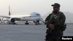 塔利班士兵在阿富汗喀布尔国际机场站岗(2021年9月10日)