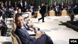 Presiden Barack Obama tersenyum kepada para wartawan dalam KTT APEC di Yokohama, Jepang hari ini, 13 November 2010.