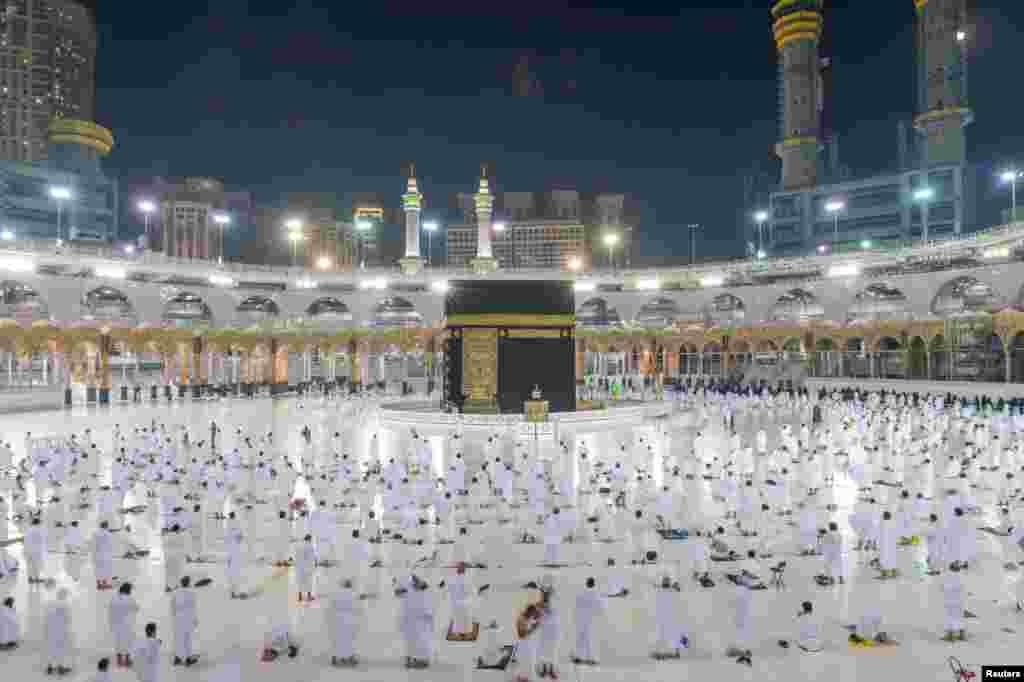Umra ziyoratida musulmonlar masofa saqlagan holda ibodat qilmoqda. Saudiya Arabistoni.