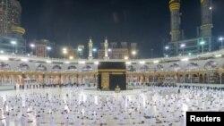 Umat Muslim, menunaikan ibadah umrah di Masjidil Haram sambil menjaga jarak sosial yang aman, setelah otoritas Saudi meringankan restriksi untuk pencegahan Covid-19, di kota suci Mekkah, Arab Saudi, 1 November 2020. (Kantor Pers Saudi / Handout via REUTERS)