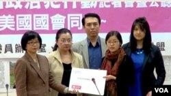 中国政治犯的家属在台湾立法院递交请愿书,右一为彭明之女彭佳音。(美国之音黄耀毅拍摄)