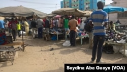Les clients parcourent les tables des vendeurs au marché Colobane de Dakar, 17 juin 2017. (VOA/ Seydina Aba Gueye)