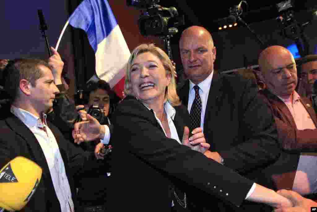 Bà Marine Le Pen, Ứng cử viên Đảng Mặt trận Quốc gia chào đón người ủng hộ tại Paris, ngày 22 tháng 4 năm 2012 (Reuters)