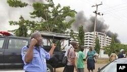 Wani dan sanda na magana a waya a lokacin wani harin bam a hedkwatar rundunar 'yan sandan Najeriya a Abuja