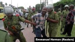La police tanzanienne détient un partisan du parti politique d'opposition Chadema le 10 mars 2020.
