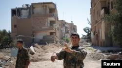 رقہ کے ایک حصے میں کرد عسکری گروپ وائی پی جی کے جنگجو گشت کررہے ہیں۔ 27 جون 2017