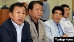 남북한이 개성공단 재가동에 합의한 지난달 11일, 개성공단 정상화 촉구 비상대책위원회 한재권 공동위원장(왼쪽)이 전체회의를 마친 후 입장을 밝히고 있다.