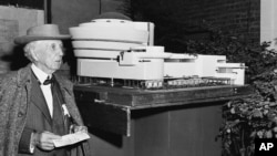 프랭크 로이드 라이트(Frank Lloyd Wright)가 지난 1953년 자신이 설계한 구겐하임 미술관 모형 옆에 서 있다.