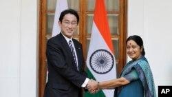 Ngoại trưởng Nhật Bản Fumio Kishida bắt tay với Ngoại trưởng Ấn Độ Sushma Swaraj trước một cuộc họp ở New Delhi, Ấn Độ, 17/1/2015.