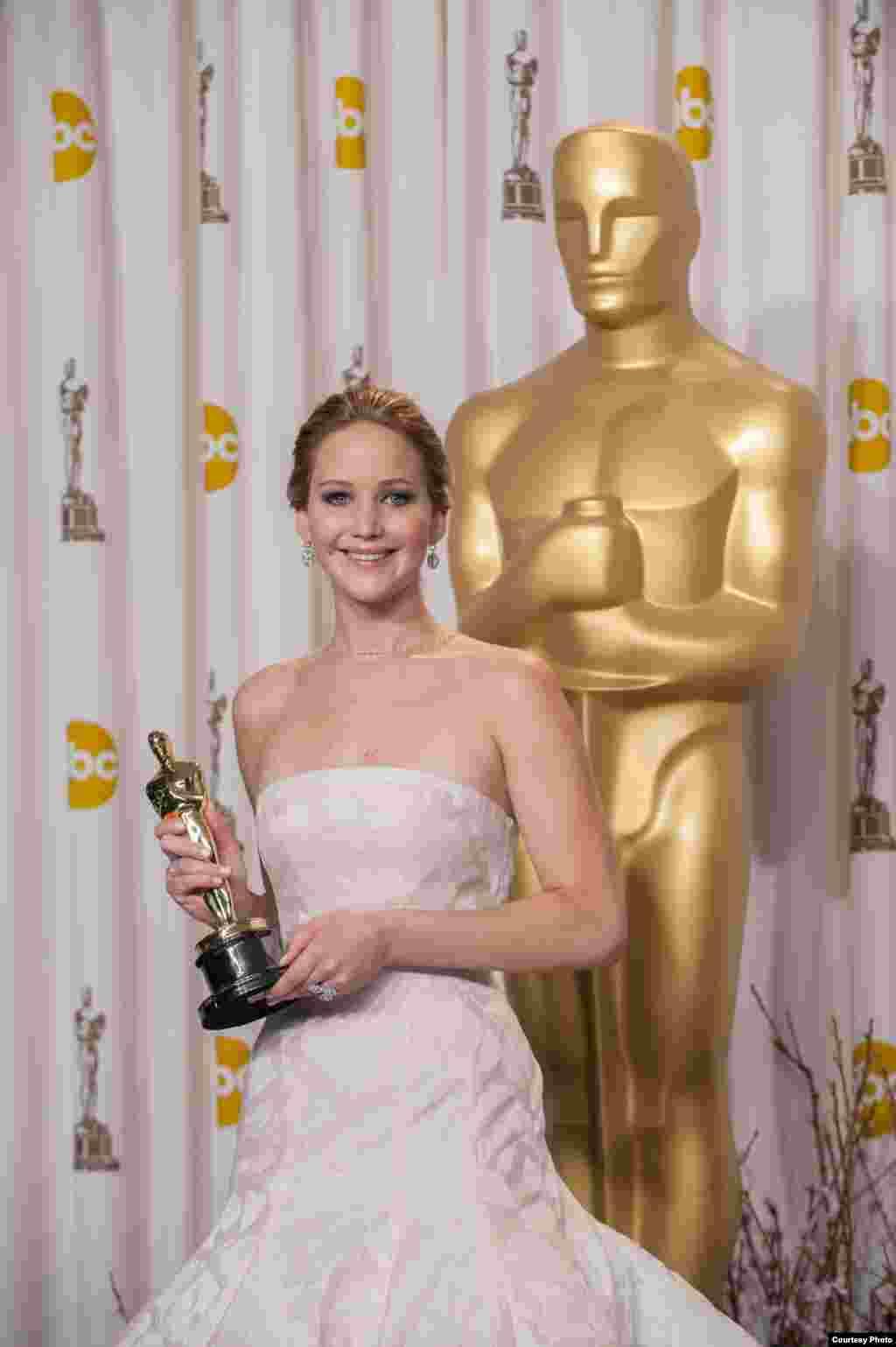 آسکر ایوارڈ 2013 جیتنے والی بہترین اداکارہ جینیفر لارنس۔