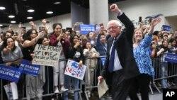 미국 대통령 선거에 출마한 민주당 버니 샌더스 후보가 22일 캘리포니아주 샌디에이고에서 열린 유세장에 입장하면서, 지지자들의 환호에 답하고 있다.