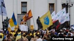 Ukraina Parlamenti Rada oldida namoyish o'tkazayotgan faollar