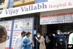 Orang-orang berdiri di luar rumah sakit COVID-19 Vijay Vallabh, di Virar, dekat Mumbai, India, setelah kebakaran, Jumat, 23 April 2021.