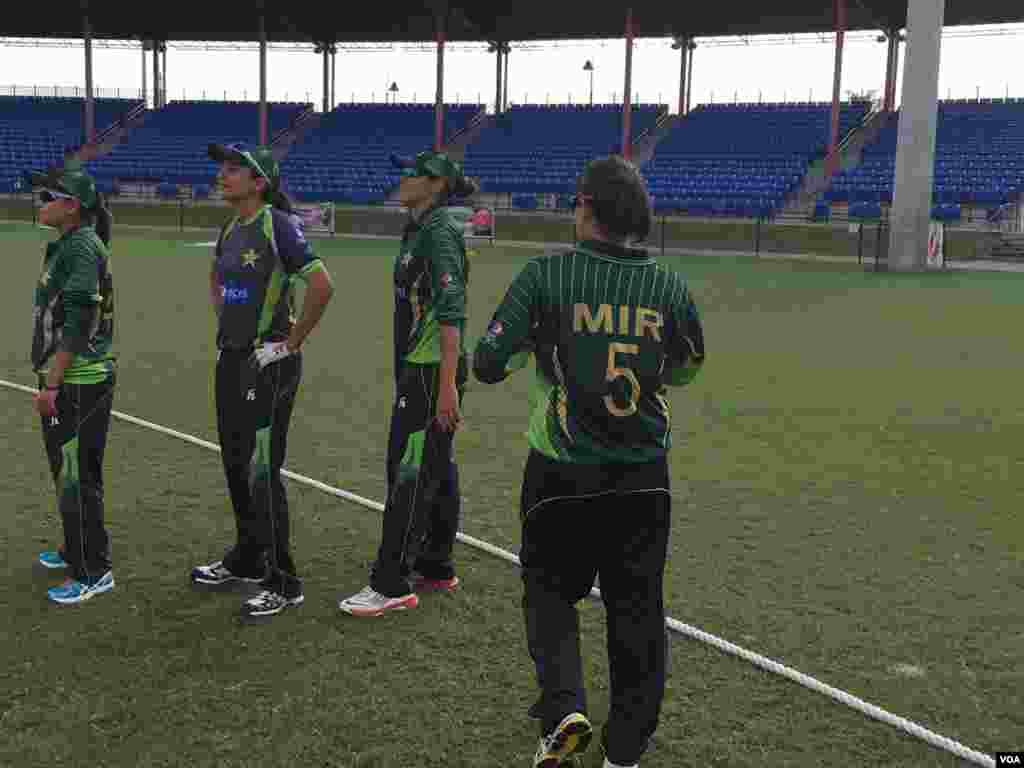 پاکستانی کرکٹ ٹیم کی خواتین کھلاڑی گراونڈ میں موجود ہیں